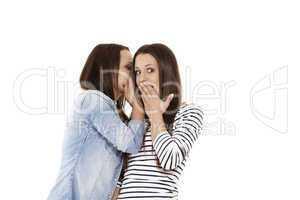 teenager flüstert ihrer überraschten freundin ins ohr