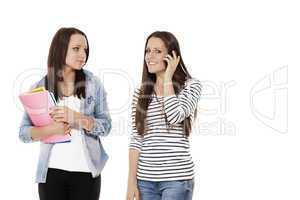 zwei schüler mit notizblöcken beim telefonieren