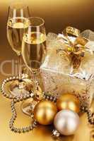 sekt mit weihnachtsgeschenk