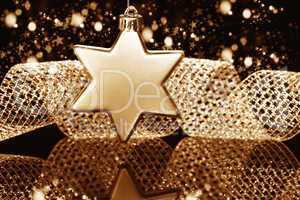weihnachtsstern vor metallenem band