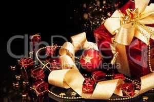 rotes weihnachtsgeschenk mit christbaumkugel