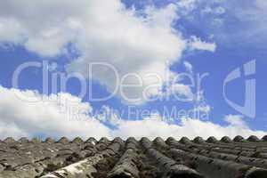 Altes Dach mit Himmel Hintergrund