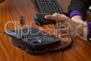 Geschäftsmann legt Telefonhörer auf