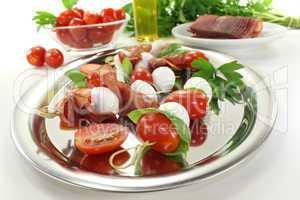 leckere Tomaten-Mozarella-Schinken-Spieße