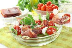 Tomaten-Mozarella-Schinken-Spieße mit Basilikum