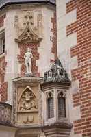 statue on the facade of Clos Lucè