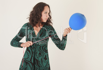 Junge Frau mit Luftballon