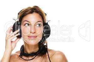 schöne junge frau hört musik