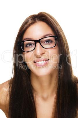 glückliche junge frau mit schwarzer brille