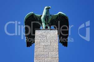 Adler Skulptur auf einer Säule in Berlin