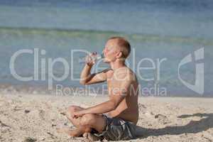 Mann trinkt wasser aus einer flasche am Strand Querformat