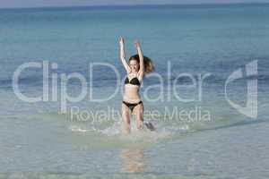 Frau mit Bikini im meer beim Springen Querformat