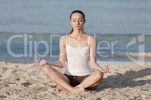 Frau macht yoga Sport am Strand Querformat