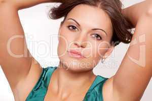 Junge schöne frau mit natürlichen Lippen und grünem Oberteil