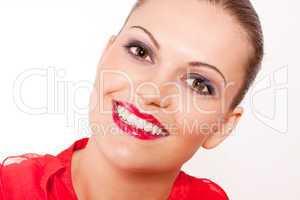 Junge schöne frau mit roten Lippen und rotem Oberteil