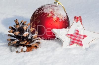 Weihnachten Dekoration im frischen Schnee