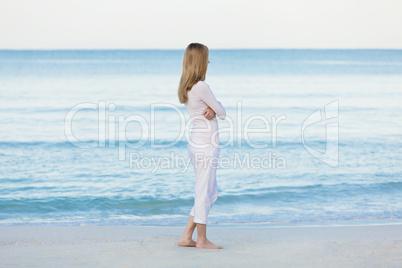 Hübsche blonde junge frau entspannt sich alleine am Strand am m