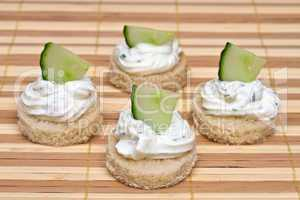 Canapé with spicy cream cheese and cucumber