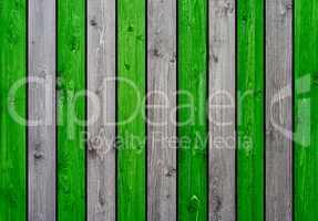 Holzwand mit grünen und grauen Planken als Hintergrund