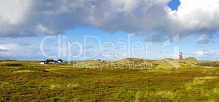 Landschaftspanorama Leuchtturm auf Sylt mit Bauernhof  in den Dünen