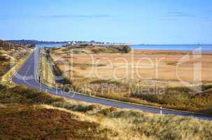 Straße am Meer auf Sylt mit Dünen und Blick auf List