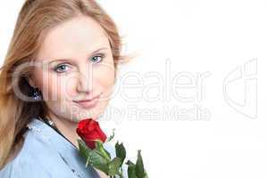 Junge Frau mit roter Rose