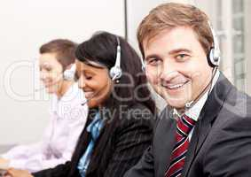 team in callcenter mit headset beim telefonieren