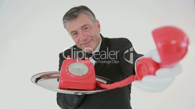 Kellner mit rotem Telefon