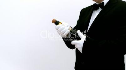 Kellner entkorkt Champagner