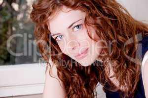 Junge Frau mit roten Haaren locken und Sommersprossen
