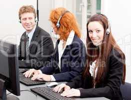junges serviceteam in einem callcenter mit headset kopfhörer
