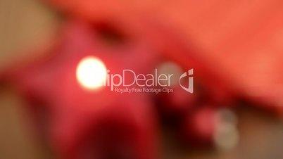 Schärfernverlagung auf sternförmige Kerze mit Weihnachtsbaumkugeln.