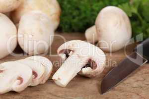 Essen zubereiten: Champignons schneiden
