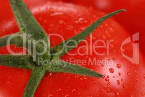 Nahaufnahme einer Tomate mit Wassertropfen