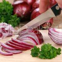 Essen zubereiten: rote Zwiebel schneiden