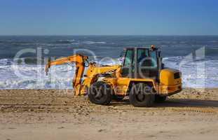 Bagger am Strand der Nordsee auf Sylt