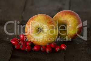 Äpfel und Hagebutten