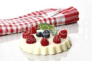dessert mit waldfrüchten