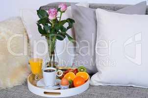 Frühstück am Morgen im Bett