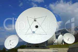 Parabolic antenna with subreflector