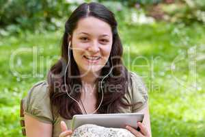 Junge Frau mit Tablet PC im Garten, young woman with tablet PC i