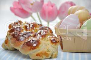 Briochestriezel mit Ostereiern und Tulpen