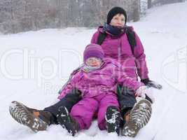 Mutter mit Kind im Schnee