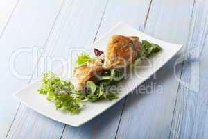gegrillte Hühnerbrust auf Salat