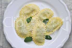 Ravioli mit Salbei und Parmesan