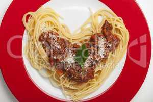 herzförmige Spaghetti auf einem Teller