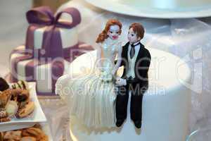 Bride and groom figurines made of marzipan
