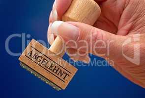 Abgelehnt - Stempel mit Hand