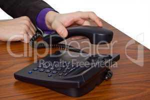 männliche hand legt telefonhörer auf