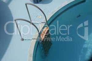 Pool ladder and swimming pool